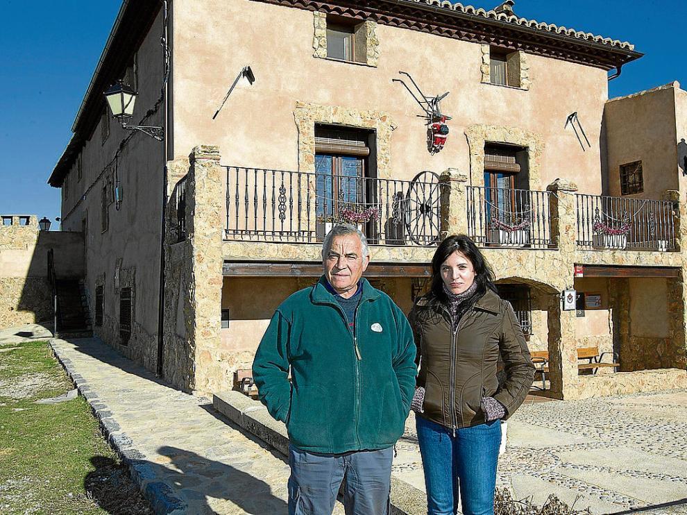 Francisco y Consuelo López, padre e hija, en la masía Los Camineros, de Cella.