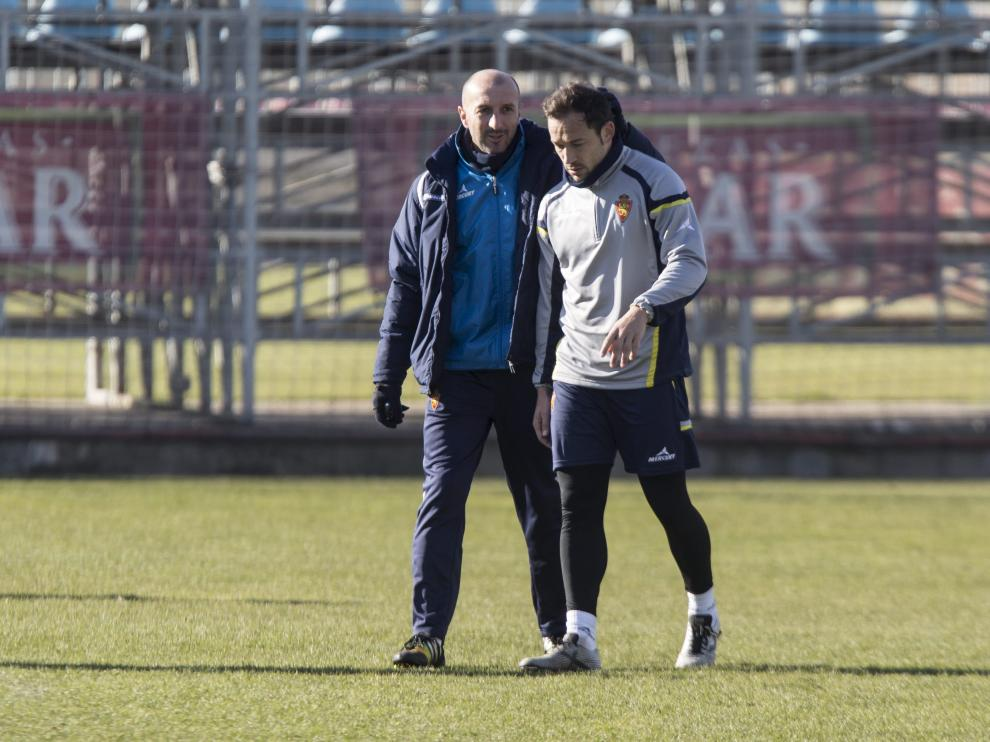 Popovic conversa con Tato durante un entrenamiento del Real Zaragoza