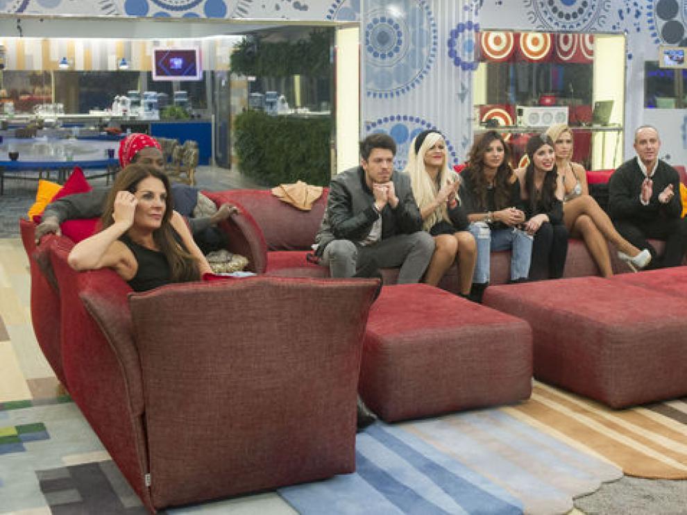 Los concursantes en el salón de la casa de GH Vip