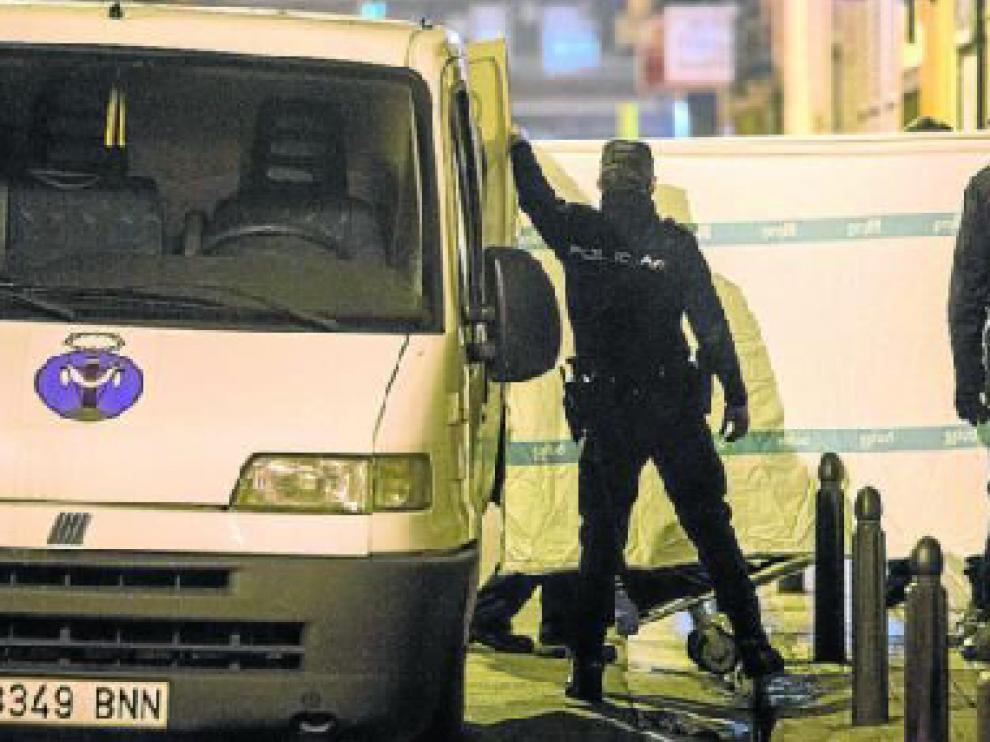 La juez ordenó el levantamiento del cadáver sobre las 20.30. El crimen se produjo sobre las 18.00 en el número 25 de la calle de Navas de Tolosa, pero el cadáver no fue retirado hasta dos horas y media después.