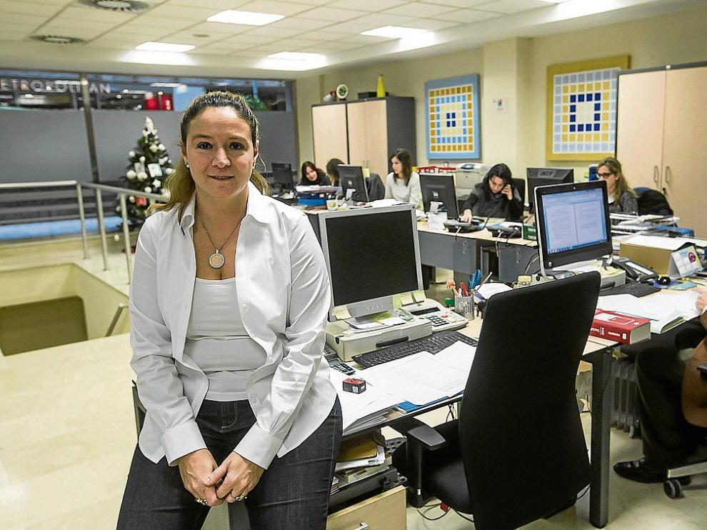 María Jesús Germán, en primer plano, en la oficina que tienen en Residencial Paraíso.