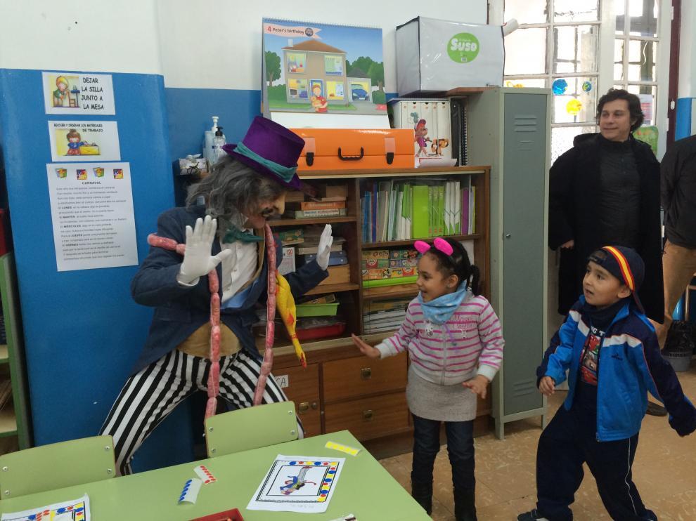 Don Salchichón bailando con los niños