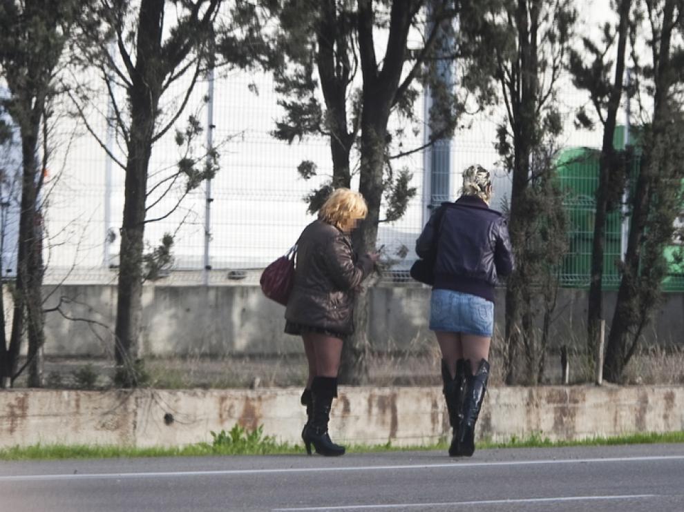 Dos mujeres en el polígono de Cogullada de Zaragoza.