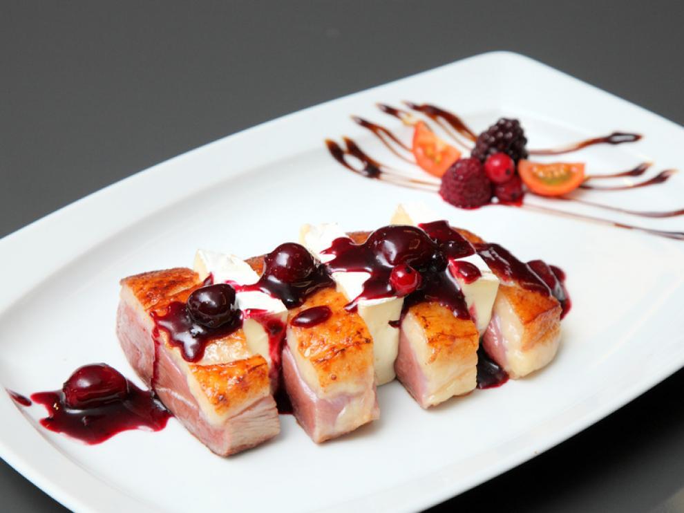 Magret de pato con reducción de vino y frutos rojos