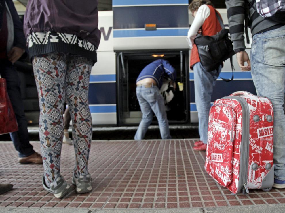 Viajeros en la estación de autobuses de Soria