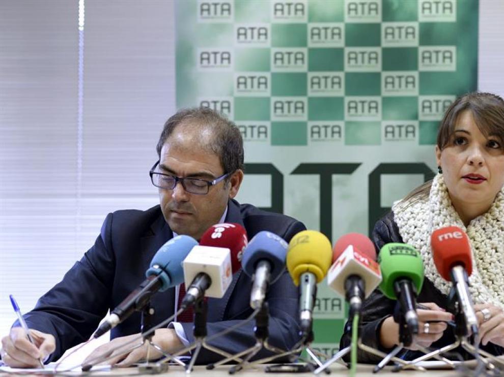 El presidente nacional de ATA, Lorenzo Amor (i), y la representante regional de esta organización, Soraya Mayo (d), durante la rueda de prensa ofrecida este martes en Valladolid