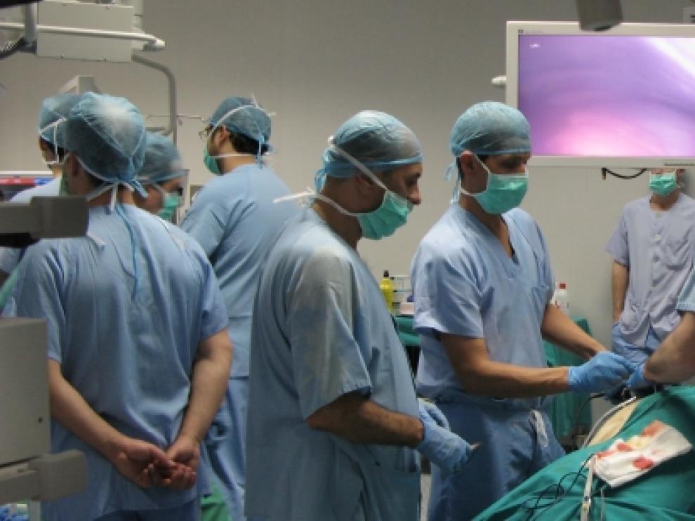 Cirujanos en el quirófano del Centro de Investigación Biomédica de Aragón.