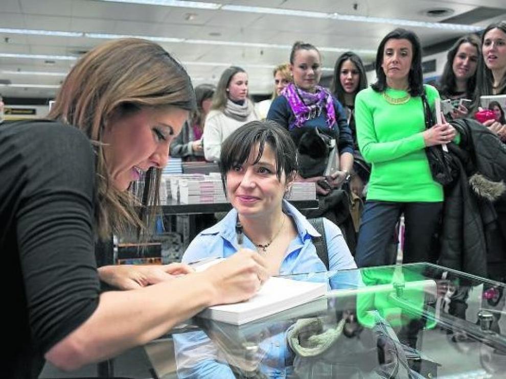 La popular 'videoblogger', firmando ayer ejemplares de su libro de recetas.