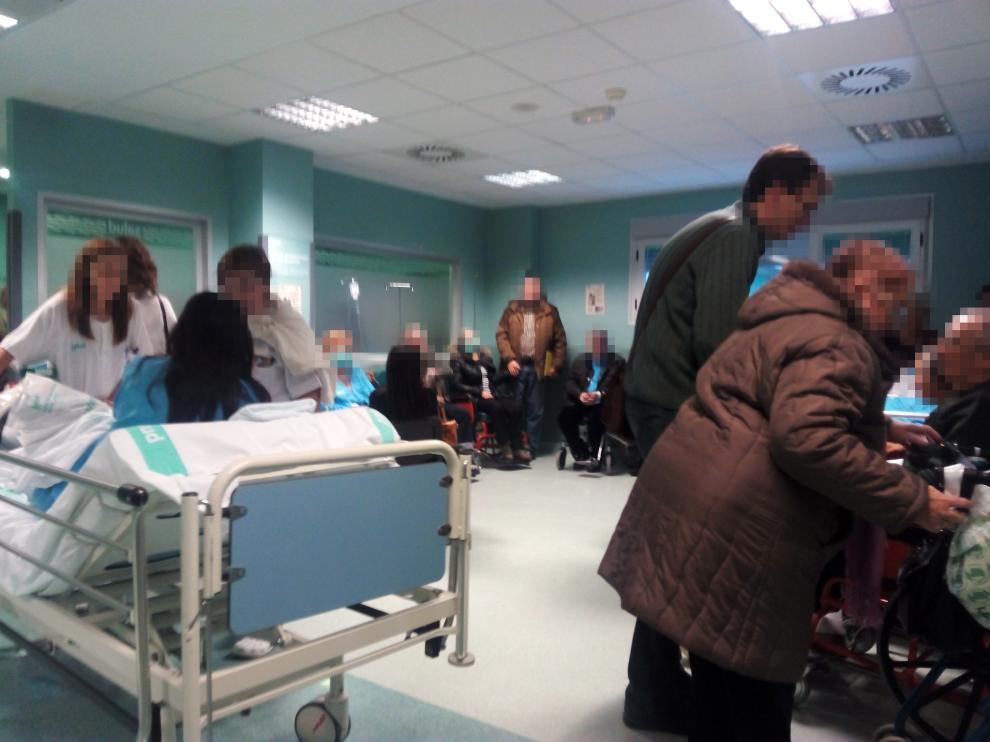Varios pacientes encamados y en sillas de ruedas en los pasillos de urgencias del Miguel Servet, el pasado miércoles.