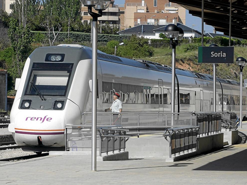 Un tren TRD 599 en la estación soriana de El Cañuelo