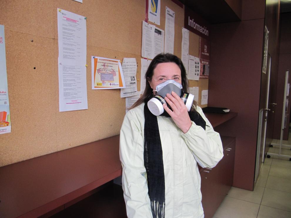 Flor Judez, enferma de Sensibilidad Química Múltiple, en una oficina del INAEM