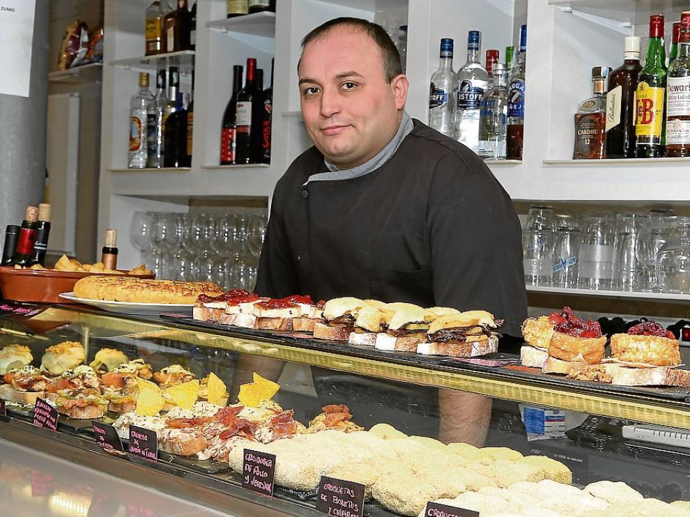 El cocinero Sergio Terrón, en la bien surtida barra del Nuevo Tabernillas