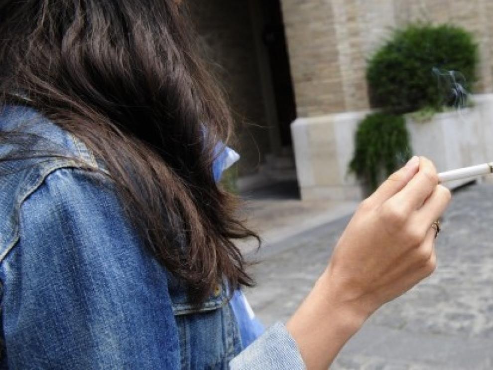 Las mujeres jóvenes y con bajo nivel educativo son las personas que más fuman