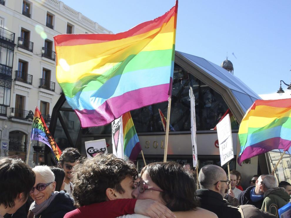 Una pareja se besa contra la homofobia