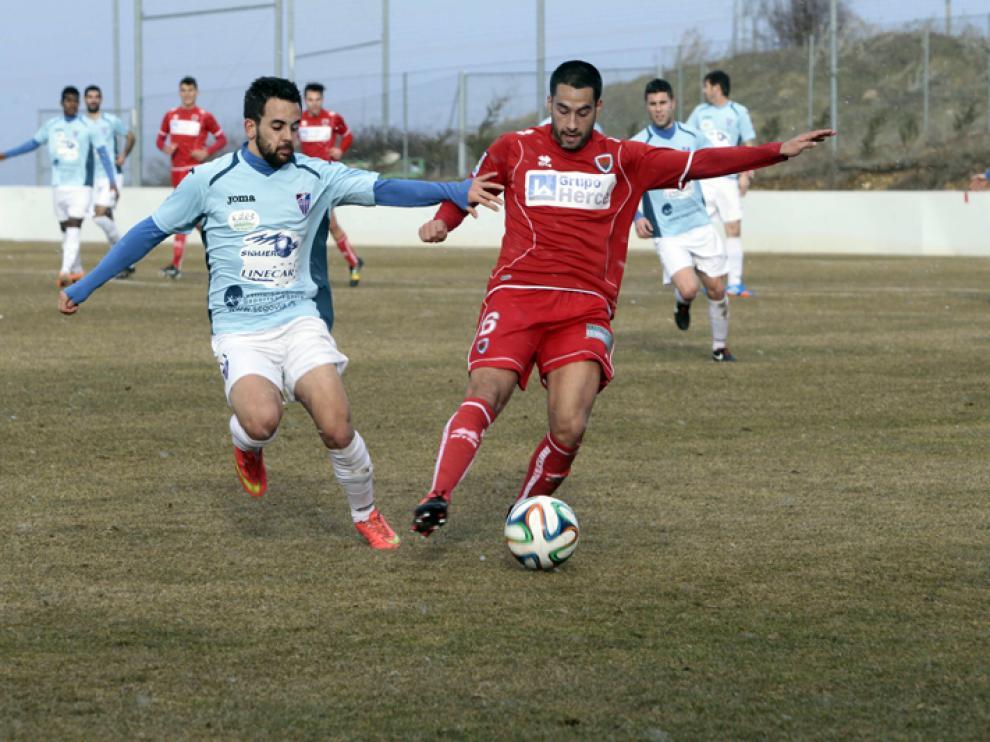 Plaza conduce el rival ante un futbolista de la Segoviana