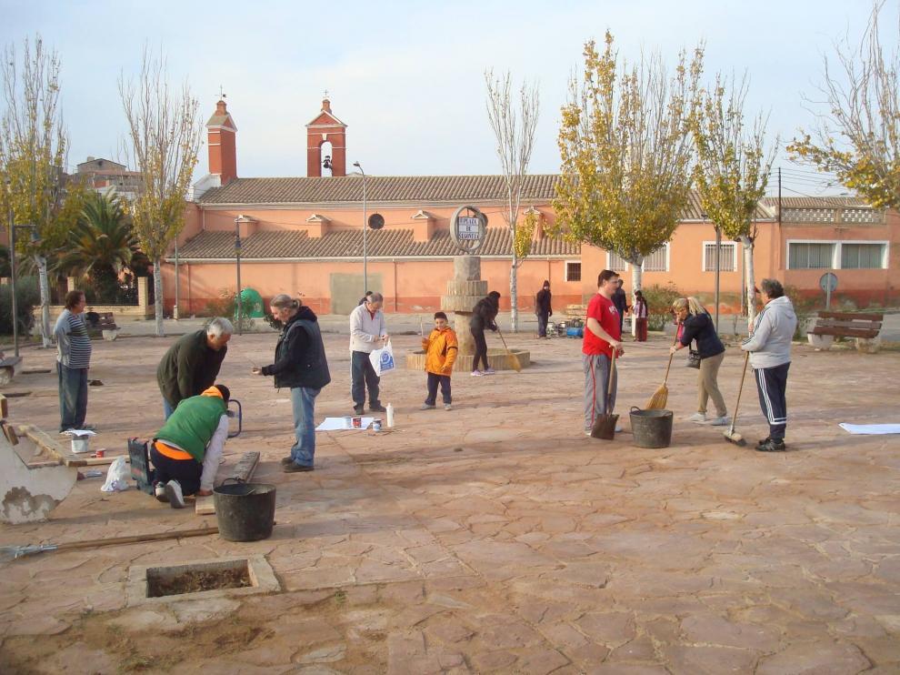 Los vecinos de Épila mejoran una de las plazas destrozada por el vandalismo