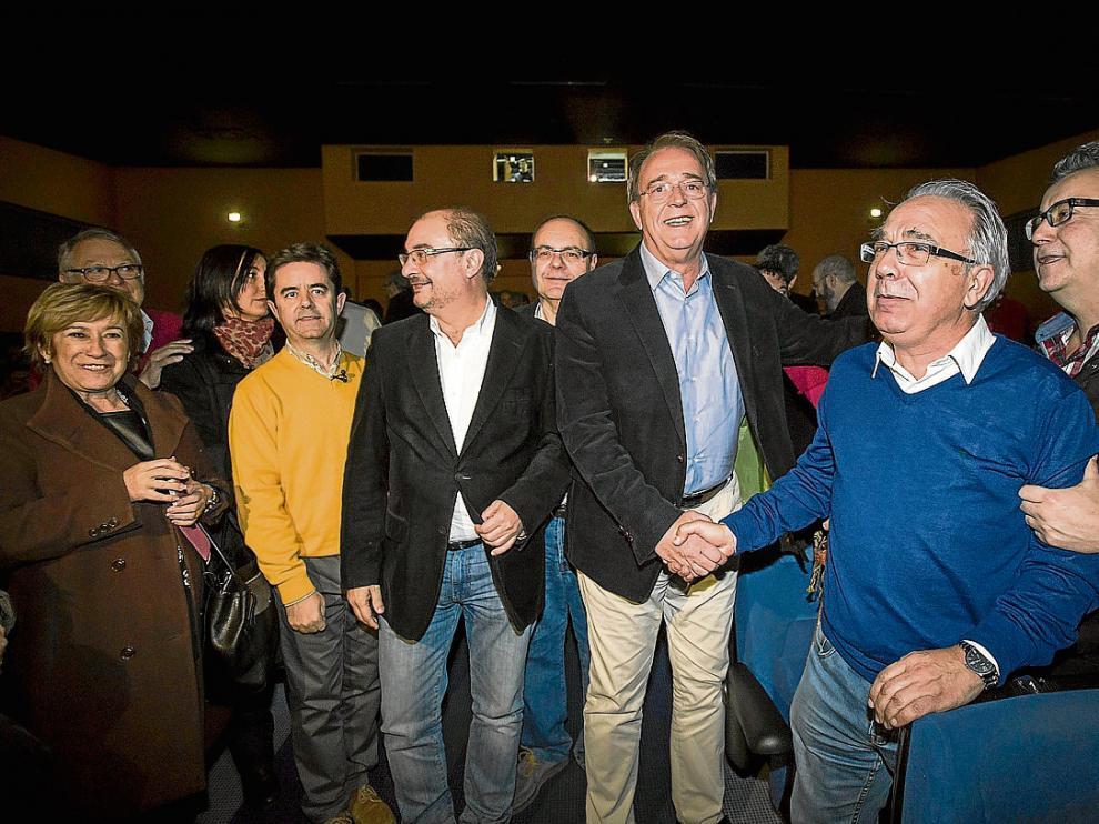 Javier Lambán y Carlos Pérez Anadón saludan a su entrada en la Ciudad Escolar Pignatelli.