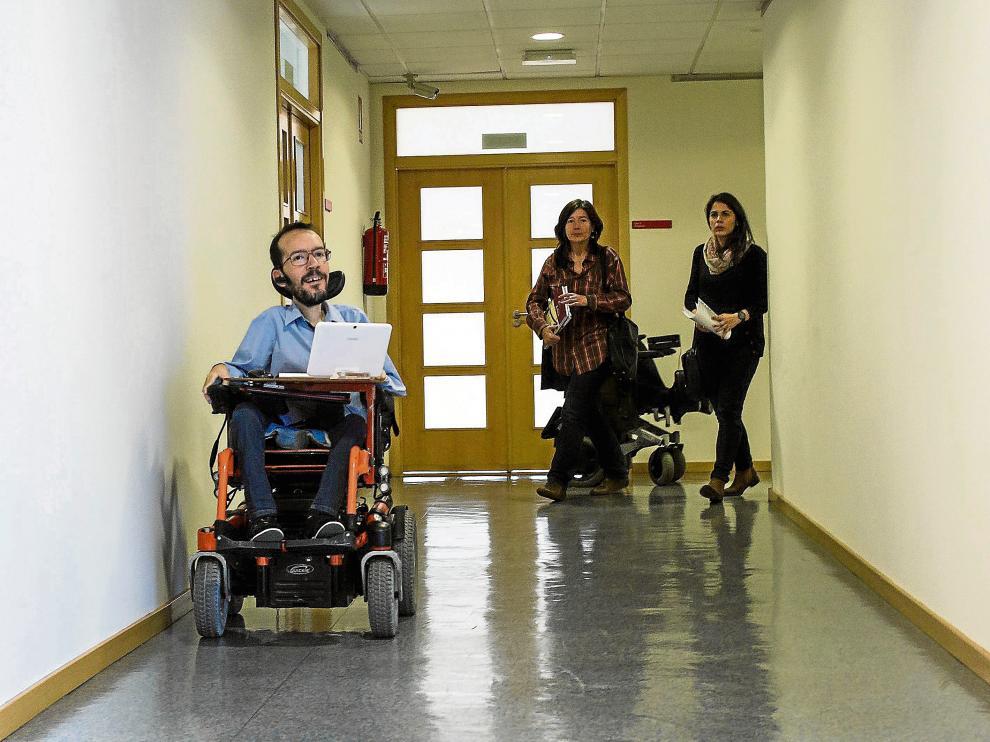 Pablo Echenique, ayer, acompañado por dos miembros de su lista, Esther Moreno e Itxaso Cabrera.