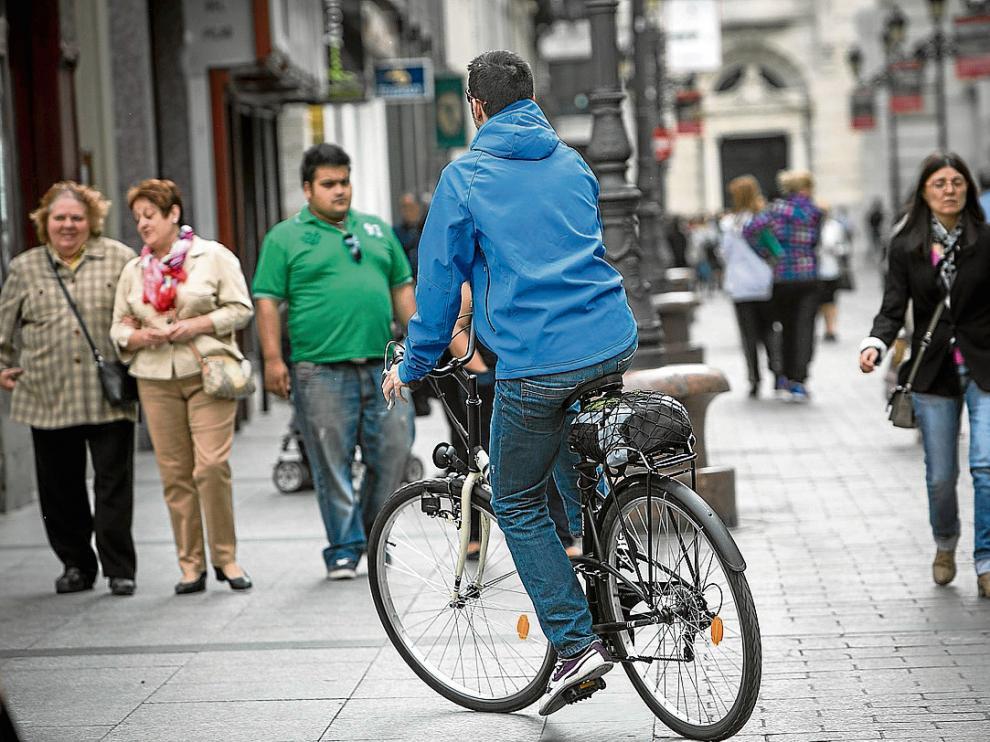 Las bicicletas podrán circular por un millar de calles semipeatonales hasta ahora prohibidas
