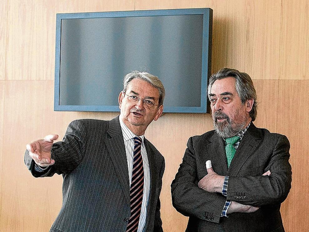 Belloch, hace un año, con el presidente de la Audiencia, Julio Arenere.