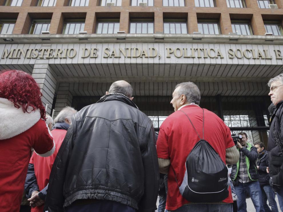 Manifestantes en el exterior del Ministerio de Sanidad, donde se abordó el Plan Estratégico Nacional para la Hepatitis C.
