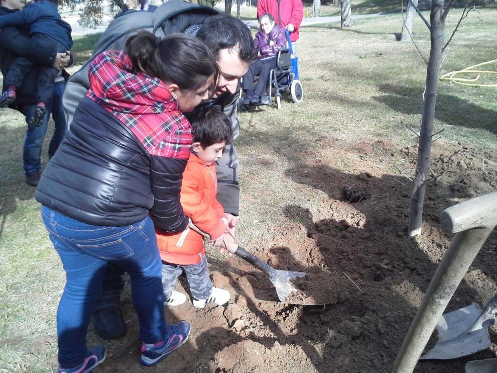 El pequeño Iván, de 4 años, colaboró en la plantación de 'El Árbol de la Esperanza', un acto celebrado en Aragón por la Federación Española de Enfermedades Raras.