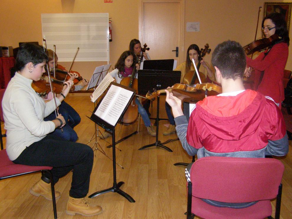 Alumnos de orquesta profesional ensayando en el Conservatorio de Tarazona