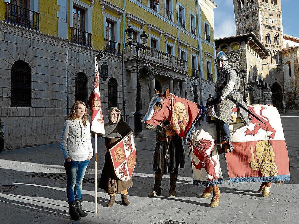 María del Carmen Casero posa con las indumentarias del jinete, escudero y caballo ganadoras.