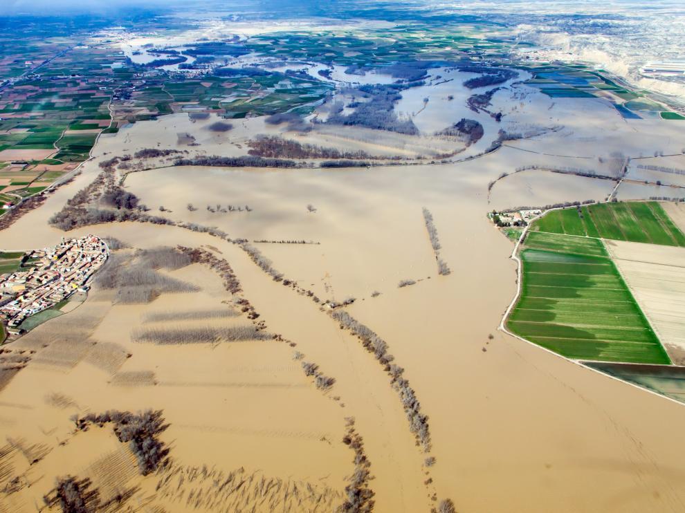El Ebro, desbordado a su paso por Boquiñeni y Pradilla