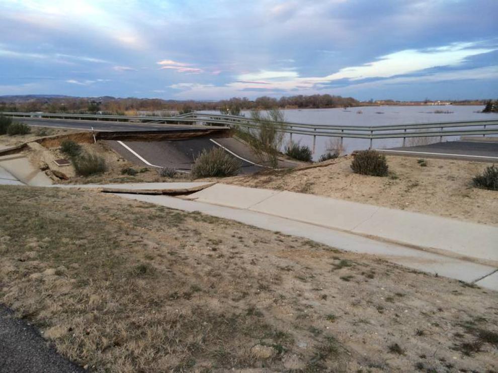 Daños causados por el agua en la autopista ARA-A1