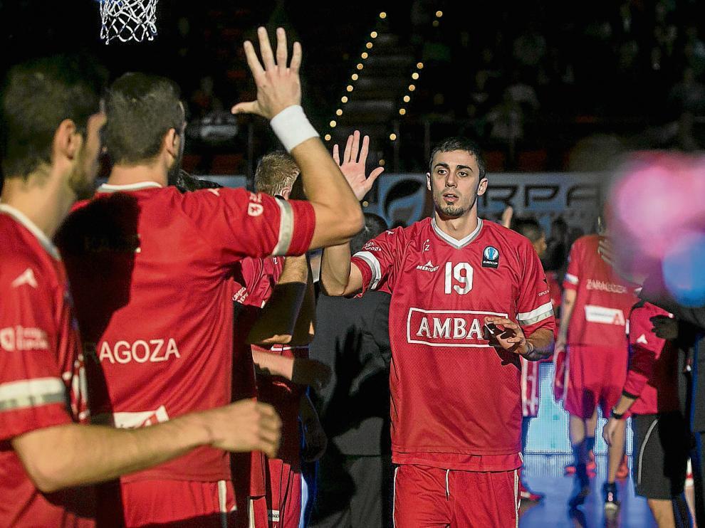 Pere Tomás saluda a sus compañeros, minutos antes de afrontar un partido.