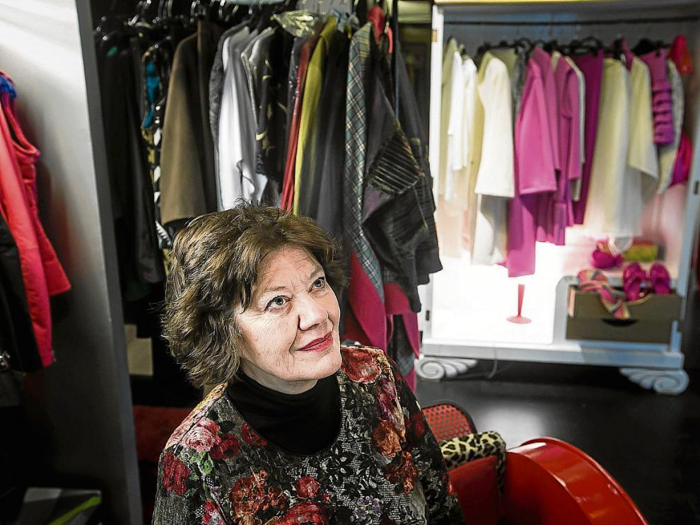 La escritora Anne Perry, ayer por la tarde, en el atelier de la tienda zaragozana Paloma.