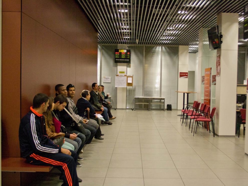 Desempleados esperando su turno en una oficina del INAEM
