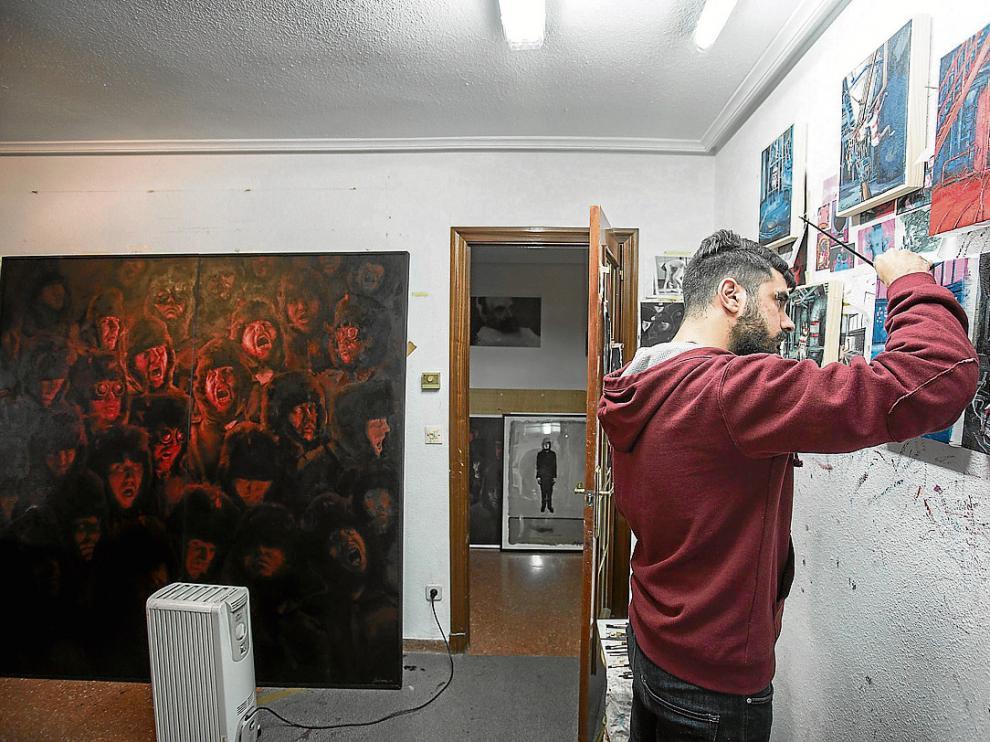 Víctor Solana pinta sus nuevos cuadros en el comedor del piso que utiliza como estudio.