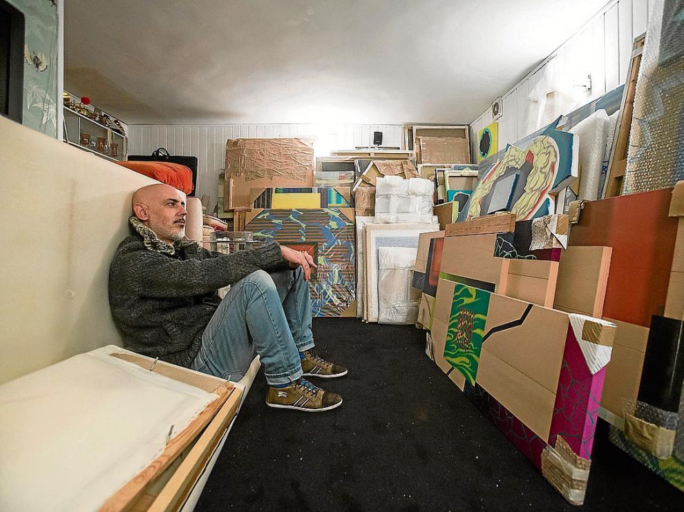 Jesús Fraile, en la bodega de su casa en Zaragoza, rodeado de sus cuadros.