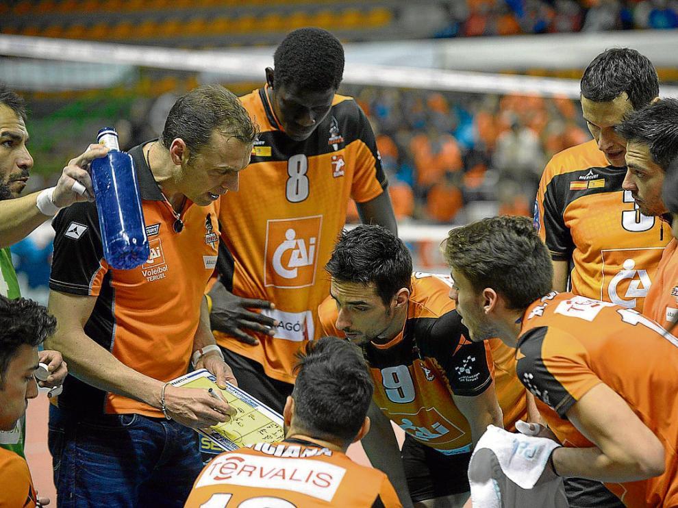 Carreño da indicaciones a sus jugadores en el partido del pasado martes contra el Lokomotiv.