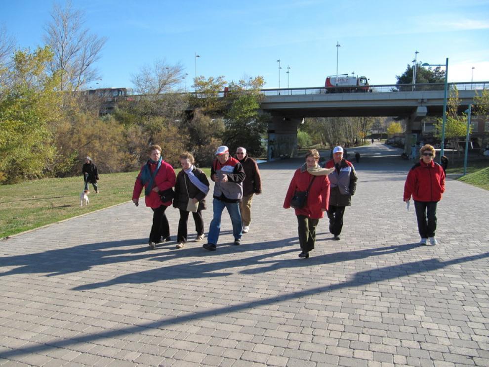 Participantes en el programa de paseos cardiosaludables 'Parques con corazón', en Zaragoza.
