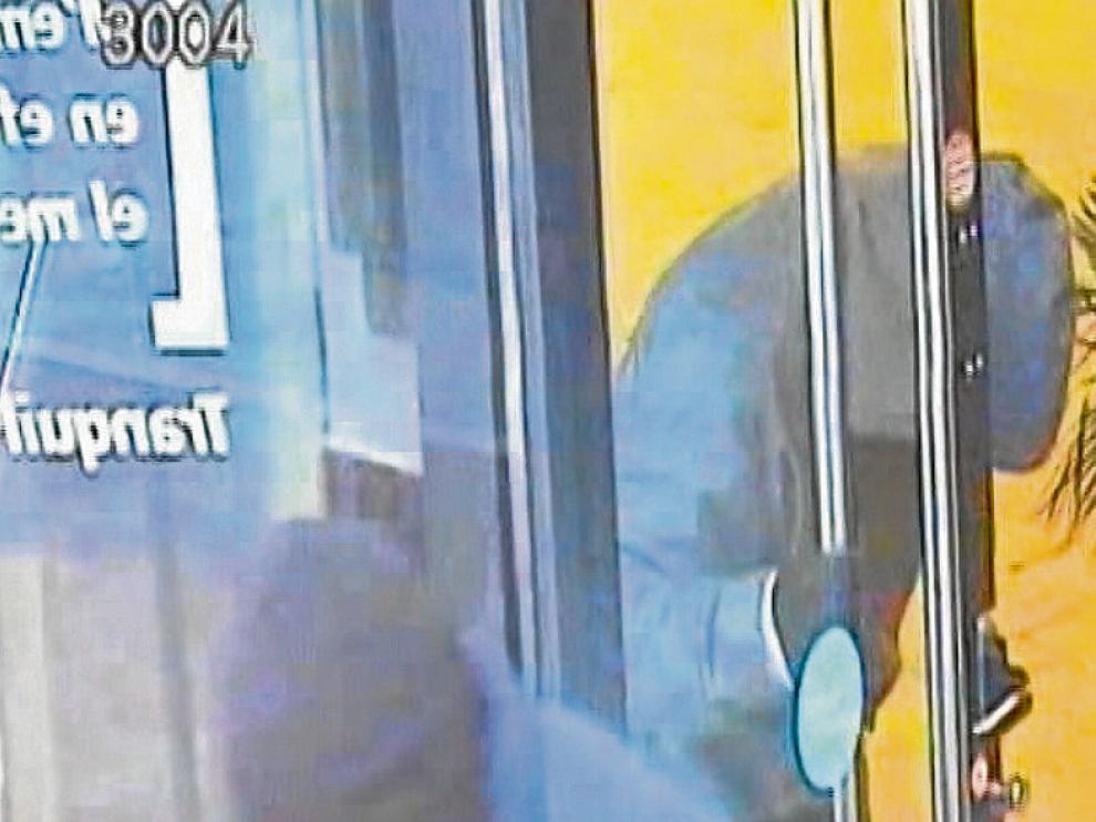 Imágenes captadas en una sucursal bancaria de Barcelona, en el barrio de Clot, donde los Grupos Anarquistas Coordinados (GAC)colocaron un artefacto casero el 21 de diciembre de 2012.