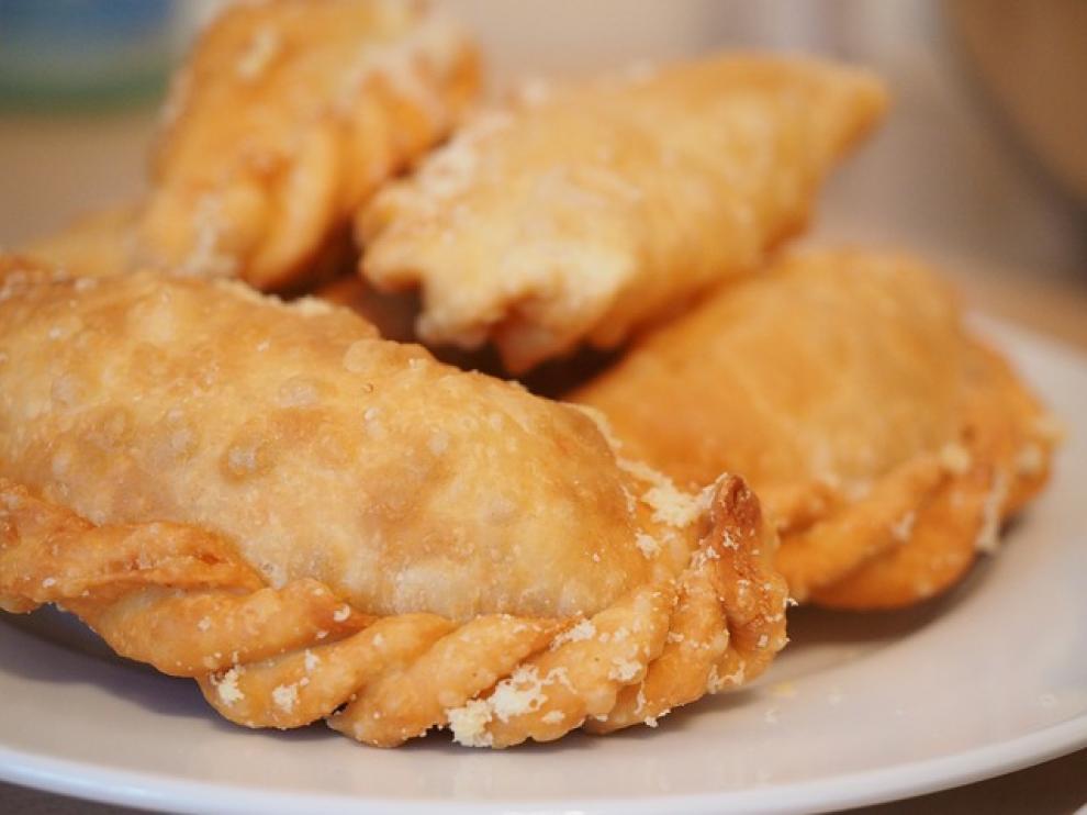 Feír las empanadillas en aceite, a poder ser aromatizado con pieles de algún cítrico: limón, mandarina, naranja.