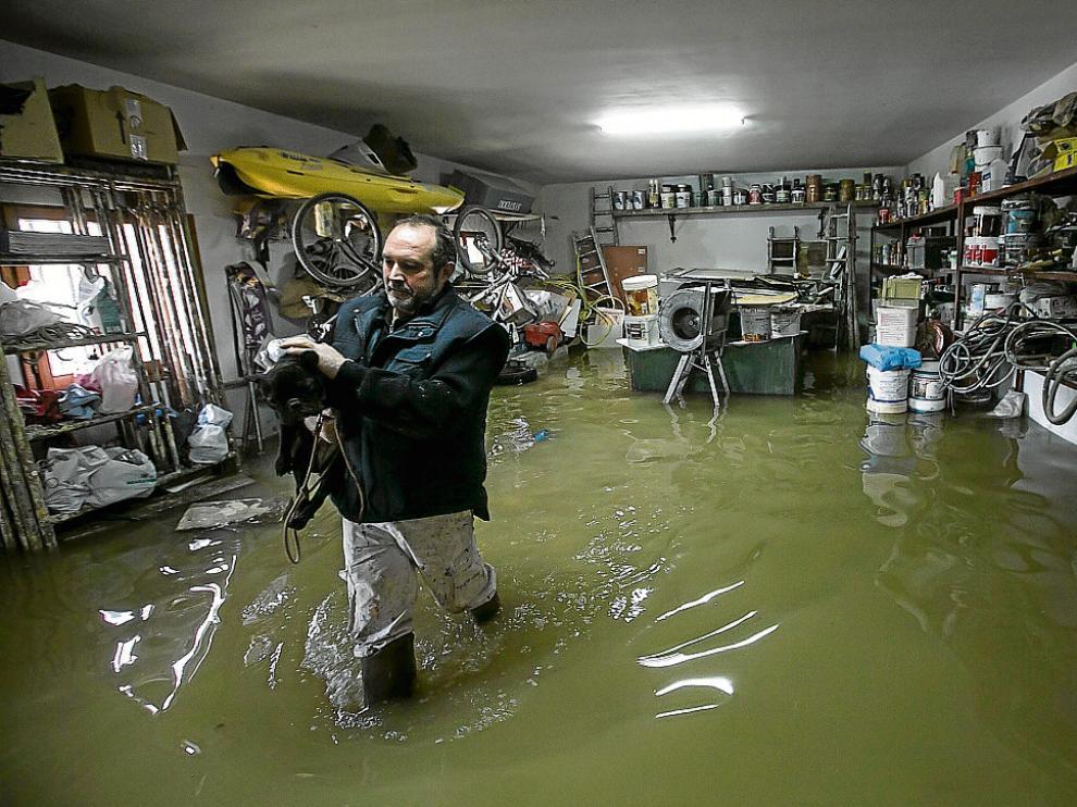 La riada entra en varias casas de Novillas e inunda miles de hectáreas de campos