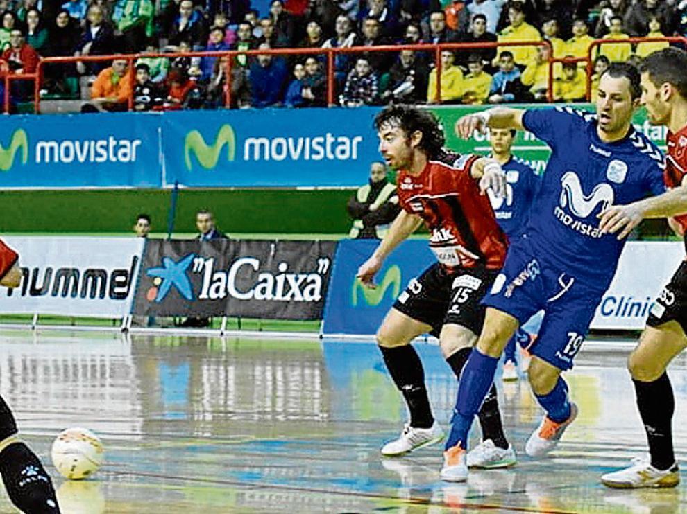 Nano Modrego y David (d) intentan frenar el avance de Cardinal en el partido de ayer.