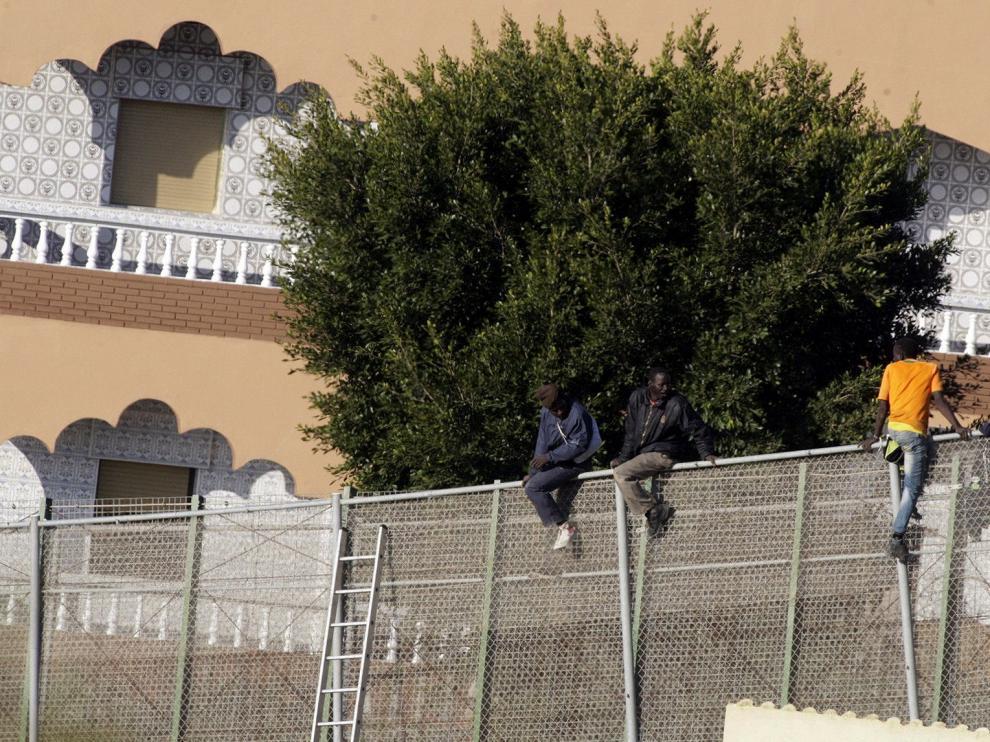 Tres inmigrantes seguían en la valla de Melilla esta mañana
