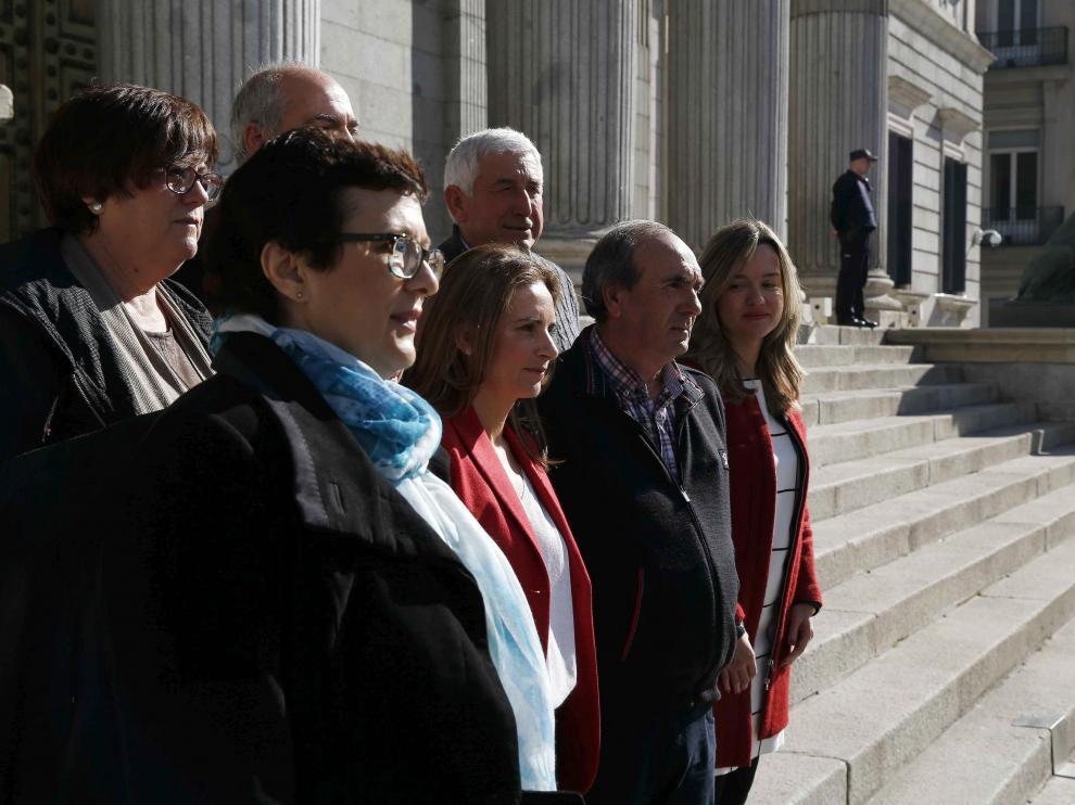 Seis alcaldes de la zona del Ebro afectada por la crecida que acudieron hoy a la tribuna del Congreso para escuchar la respuesta del presidente del Gobierno, Mariano Rajoy