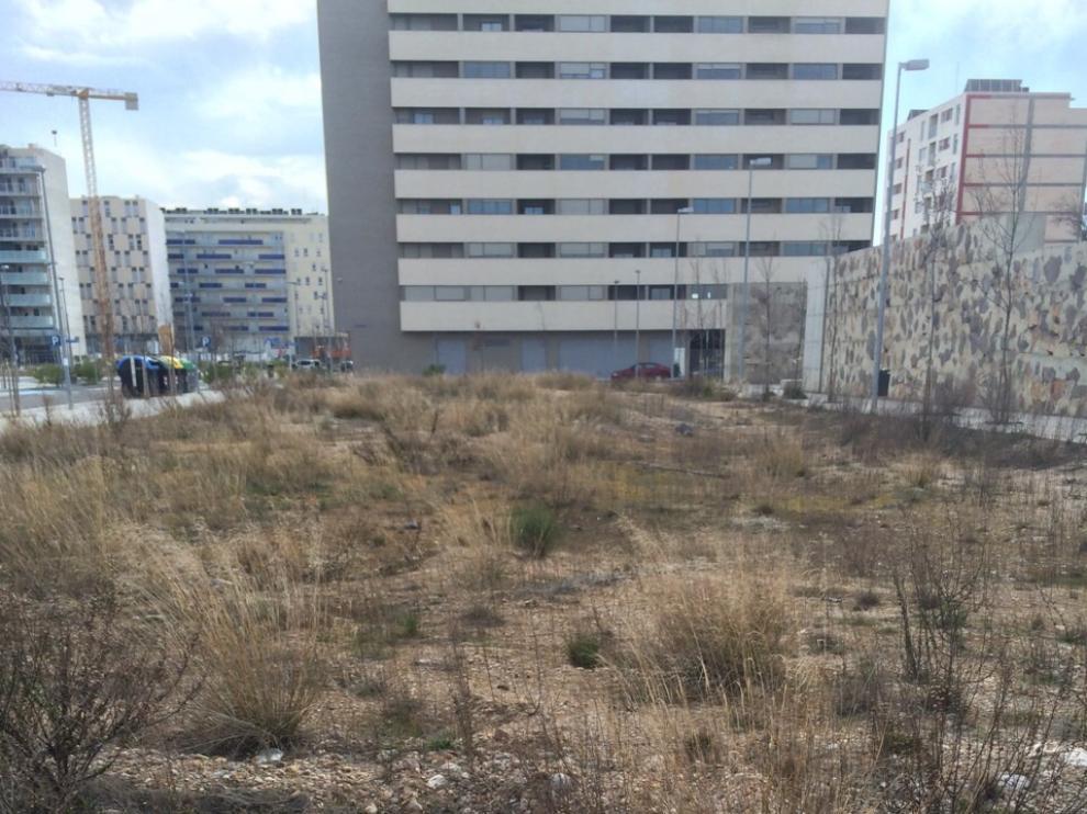 Zona 'verde' sin desbrozar en el barrio