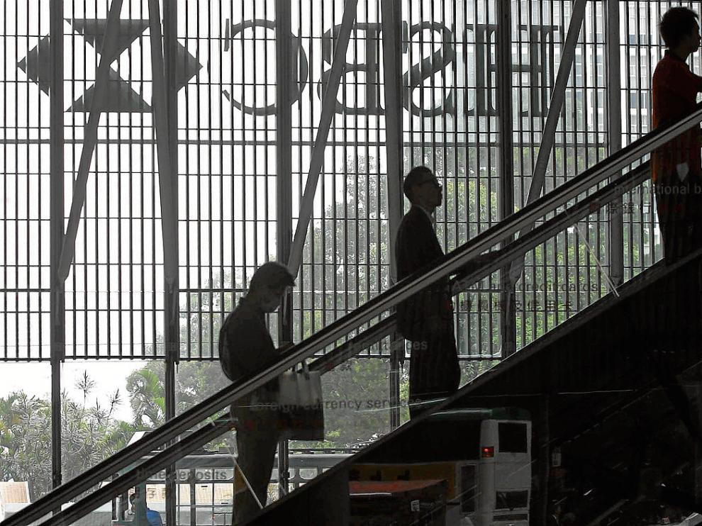 Unos clientes del banco HSBC, ayer, en la sucursal principal de la entidad en Hong Kong.