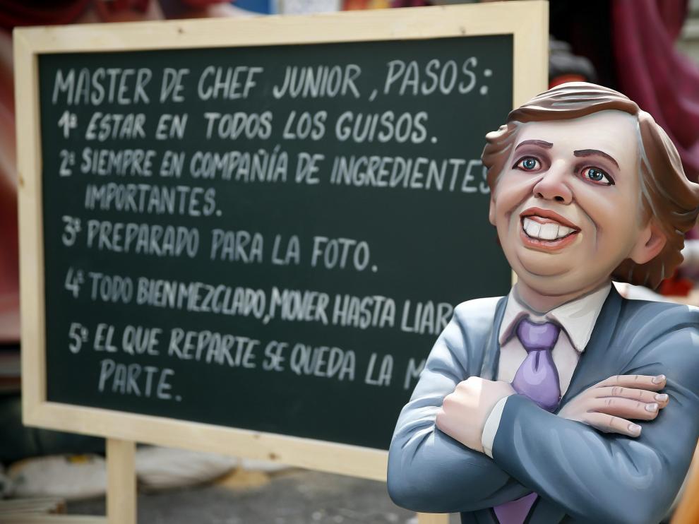 Los turistas toman una Valencia poblada de fallas satíricas