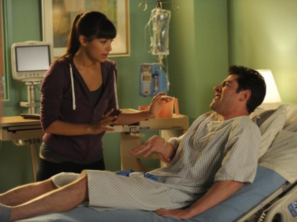 Schmidt, escayolado por una rotura de pene, en un capítulo de la serie estadounidense 'New Girl'.