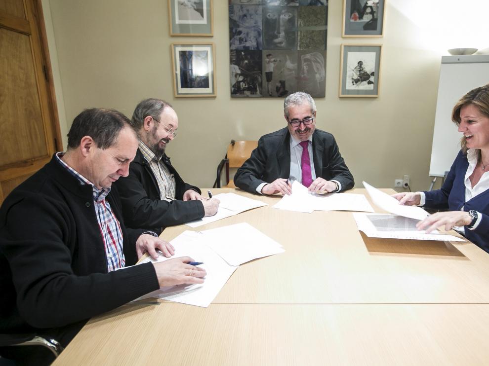 Firma del convenio para la continuidad del suplemento 'Sin Barreras' en Heraldo de Aragón