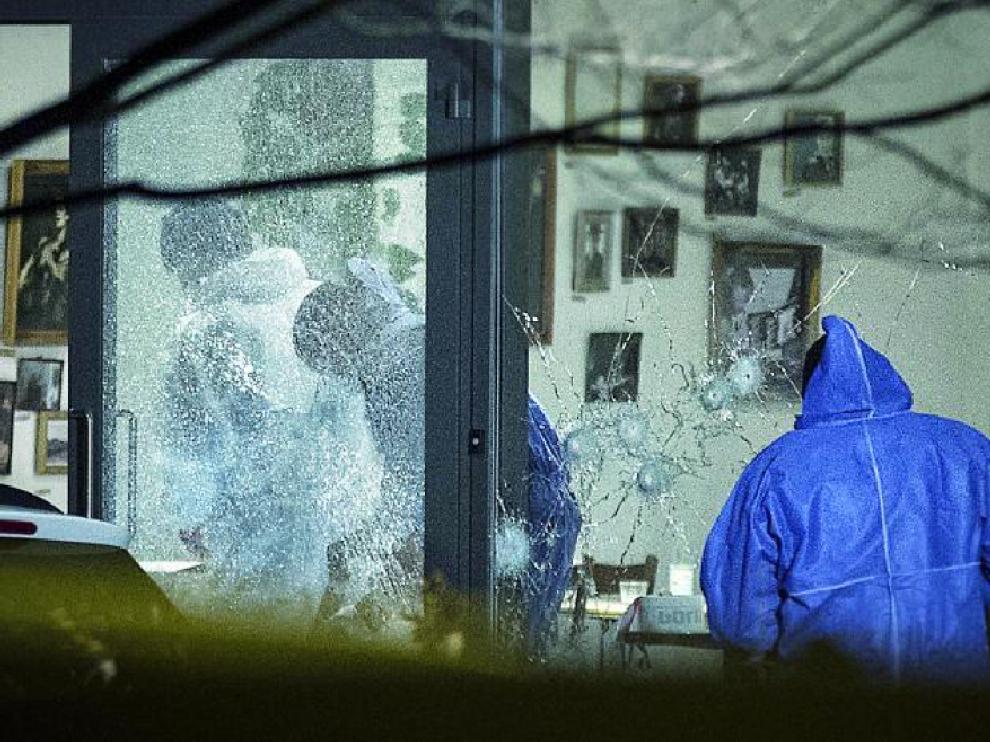 La Policía inspecciona el lugar del ataque en busca de pistas, ayer en un café cultural de la ciudad de Copenhague.