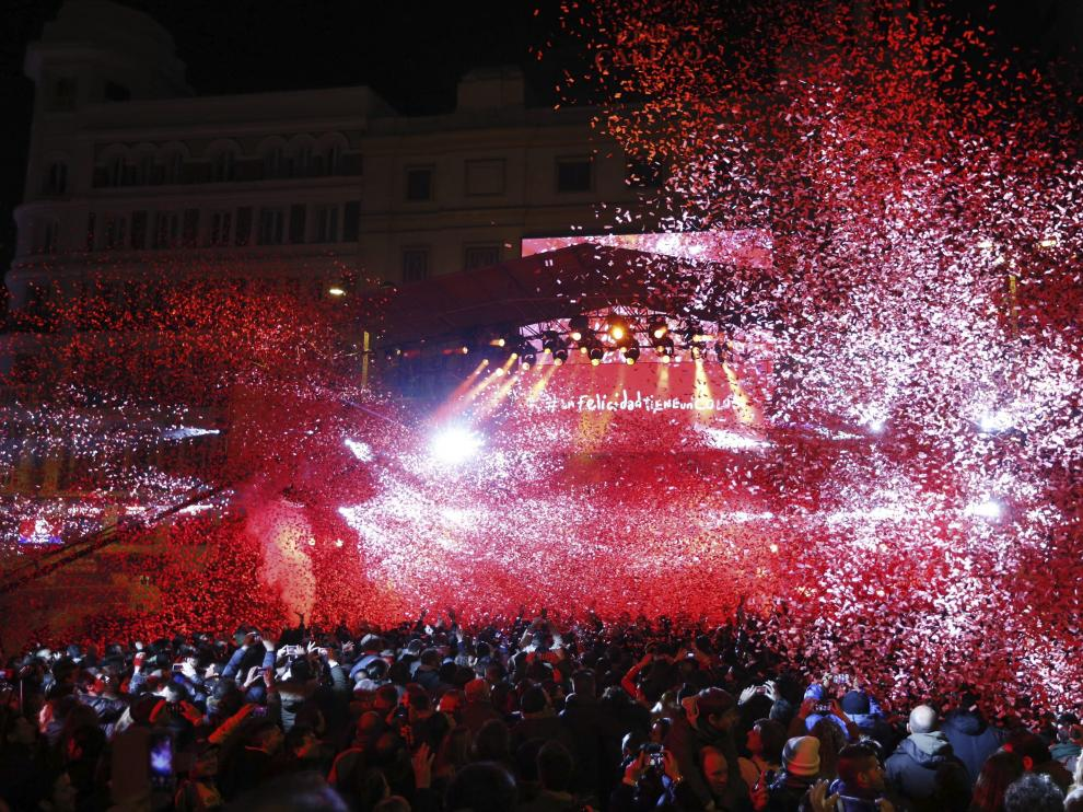 El centro de Madrid se tiñe de rojo en el Día Internacional de la Felicidad.
